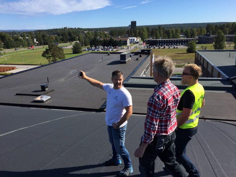 Mensen op een dak voor een inspectie Derbigum Nederland